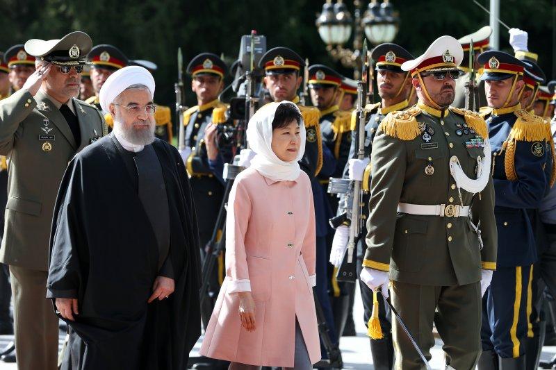 南韓總統朴槿惠與伊朗總統魯哈尼。(美聯社)