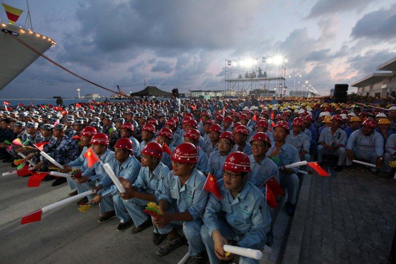 宋祖英率文工團赴南海島礁勞軍。