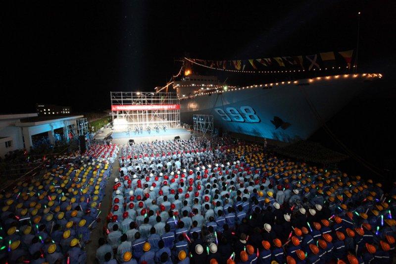 宋祖英率文工團赴南海島礁勞軍,圖中軍艦為崑崙山號船塢艦。