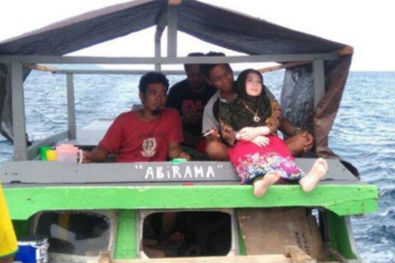 印尼一個偏遠的村莊的漁民撿到一個充氣娃娃性玩具,誤以為是「天使」,警方調查後將其沒收。(BBC中文網)
