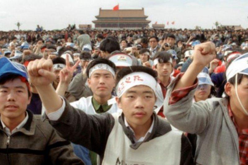 1989年初夏,北京天安門廣場發生了大規模民眾抗議中共高層貪腐的事件,最終遭遇武力鎮壓。(BBC中文網)