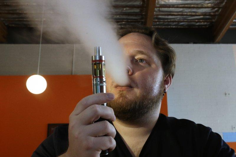 加州擴大菸害防治法,將法定吸菸年齡提高至21歲。(圖/美聯社)