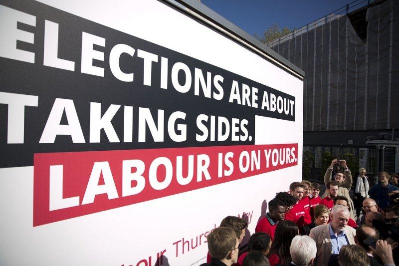 英國工黨黨魁柯賓在競選活動後接受訪問(美聯社)