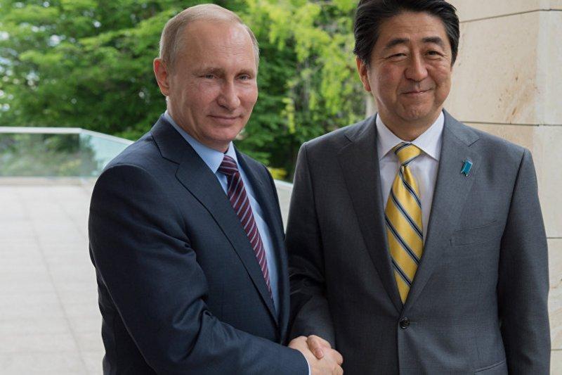 俄羅斯總統普京、日本首相安倍晉三舉行再舉行會談前握手合照。(俄羅斯衛星網資料照)