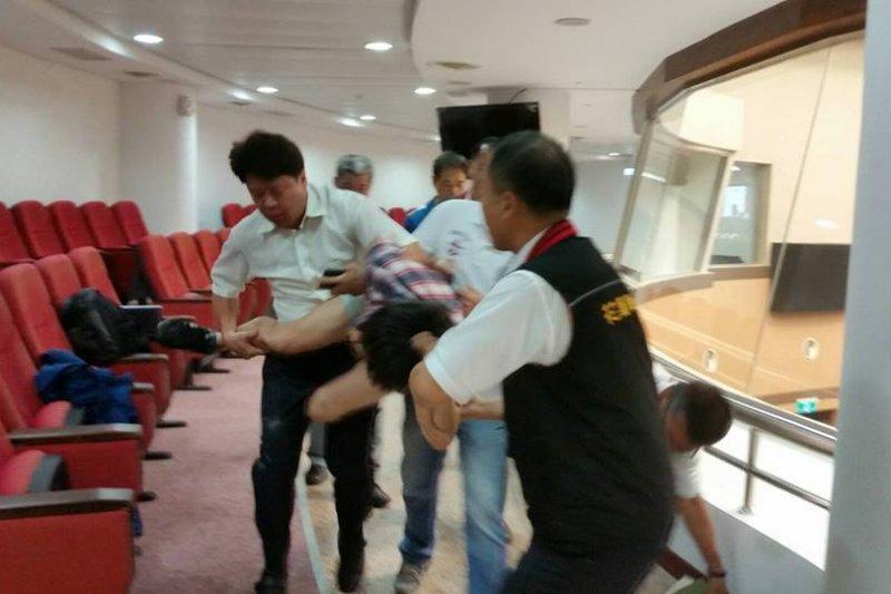 東華大學學生社團「東華烏頭翁社」4日前往花蓮縣議會旁聽並進行直播,卻遭到議會人員與警方暴力對待。(東華烏頭翁社臉書)