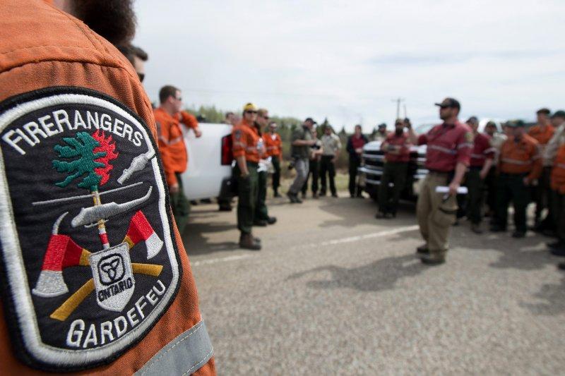 加拿大的警消人員在麥克默里堡南邊集結,準備出發打火。(美聯社)