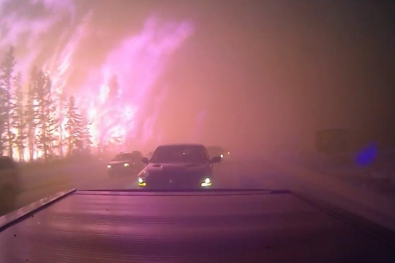 逃離麥克默里堡的車輛就在大火旁行駛。