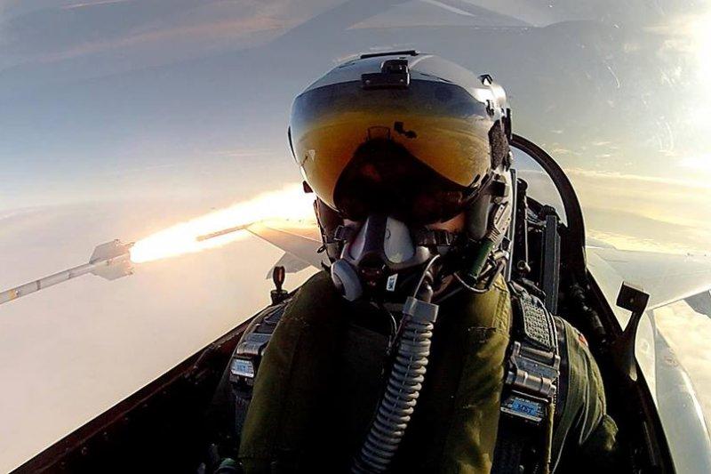 空軍採購40頂聯合頭盔瞄準系統,飛行員戴上此一頭盔後,眼睛看到哪個方向,飛彈發射後就會朝向鎖定方向擊毀目標。圖為戴著聯合頭盔瞄準系統的丹麥F-16飛行員。(Image credit: RDAF)
