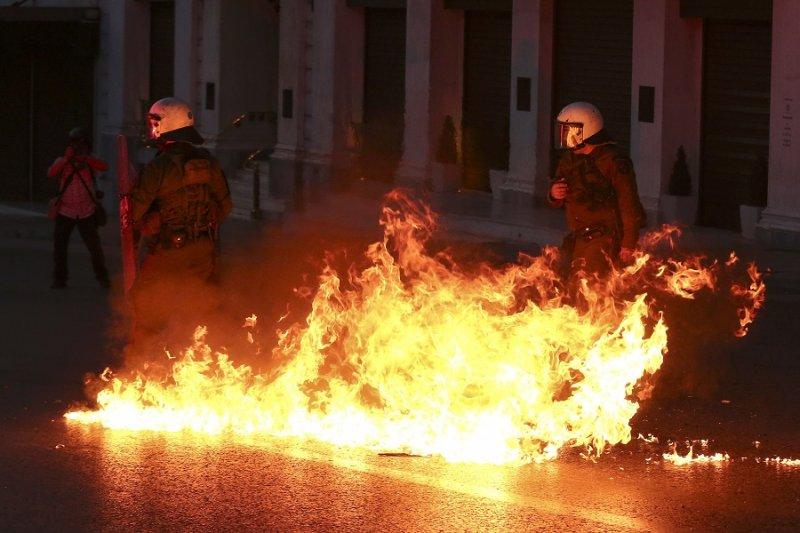 抗議撙節人士向警方拋擲汽油彈(美聯社)