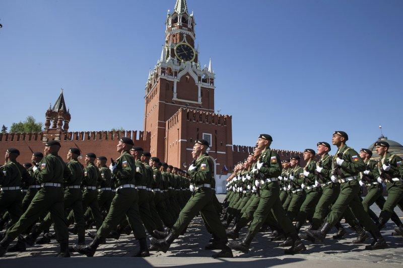 紅場大閱兵,俄軍士兵通過克里姆林宮的斯巴斯克塔(Spassky Tower)前,紀念衛國戰爭勝利71周年。(美聯社)