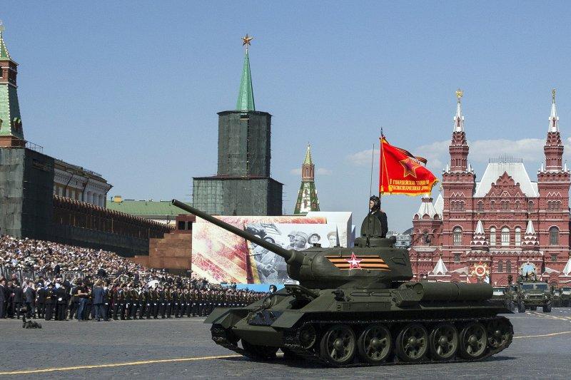 俄軍T-34坦克在紅場接受檢閱,紀念衛國戰爭勝利71周年。(美聯社)