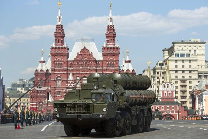 俄軍的S-400防空飛彈系統在紅場接受檢閱,紀念衛國戰爭勝利71周年。(美聯社)