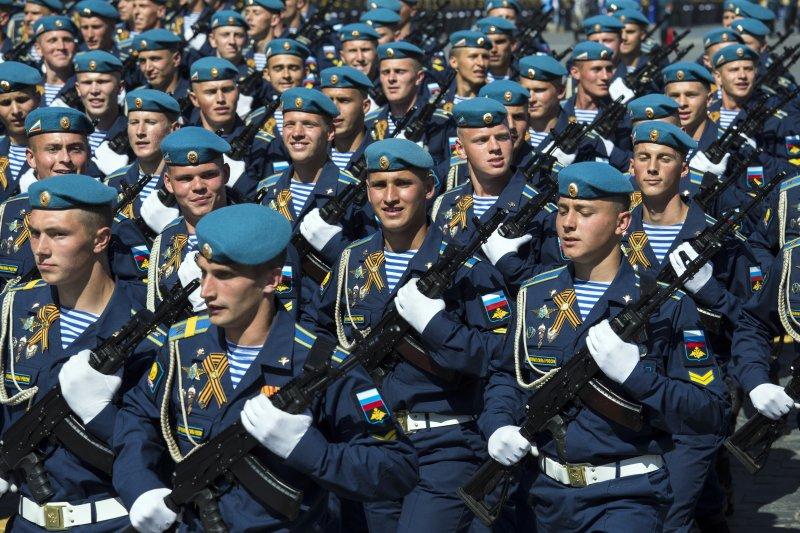 俄軍第331科斯特羅馬近衛傘兵空降團在紅場接受檢閱,紀念衛國戰爭勝利71周年。(美聯社)