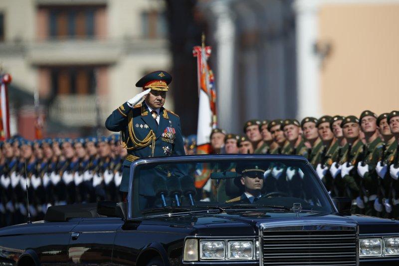 俄國國防部長紹伊古(Sergei Shoigu)在紅場檢閱士兵,紀念衛國戰爭勝利71周年。(美聯社)