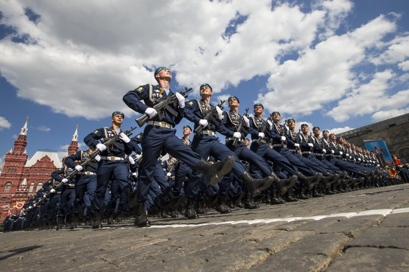 俄軍士兵在紅場接受檢閱,紀念衛國戰爭勝利71周年。(美聯社)