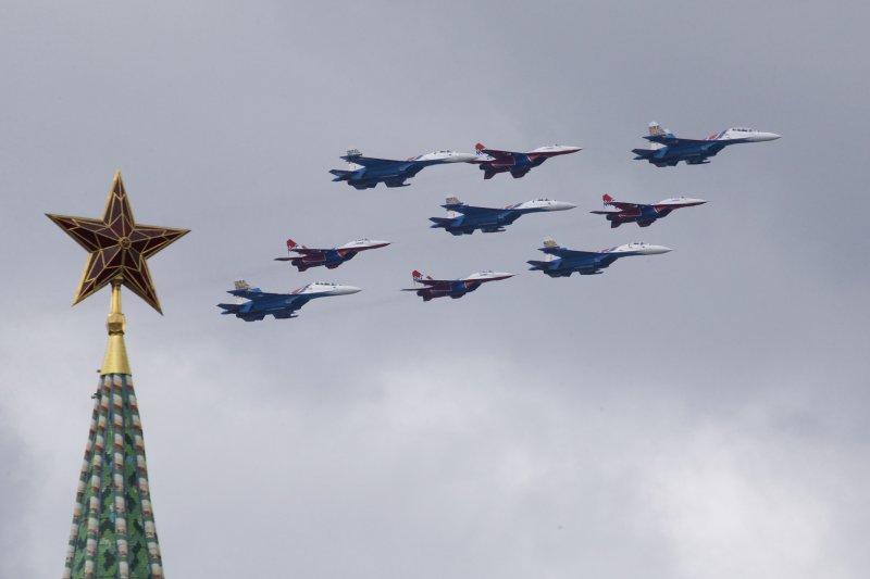 米格-29通過克里姆林宮與紅場上方接受檢閱,紀念衛國戰爭勝利71周年。(美聯社)