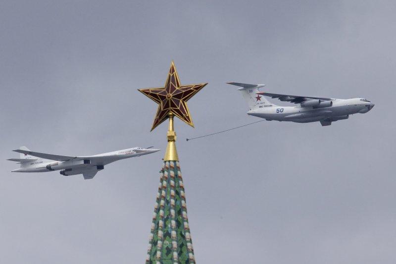 俄軍的伊爾-78(伊留申-78)空中加油機通過克里姆林宮與紅場上方接受檢閱,紀念衛國戰爭勝利71周年。(美聯社)