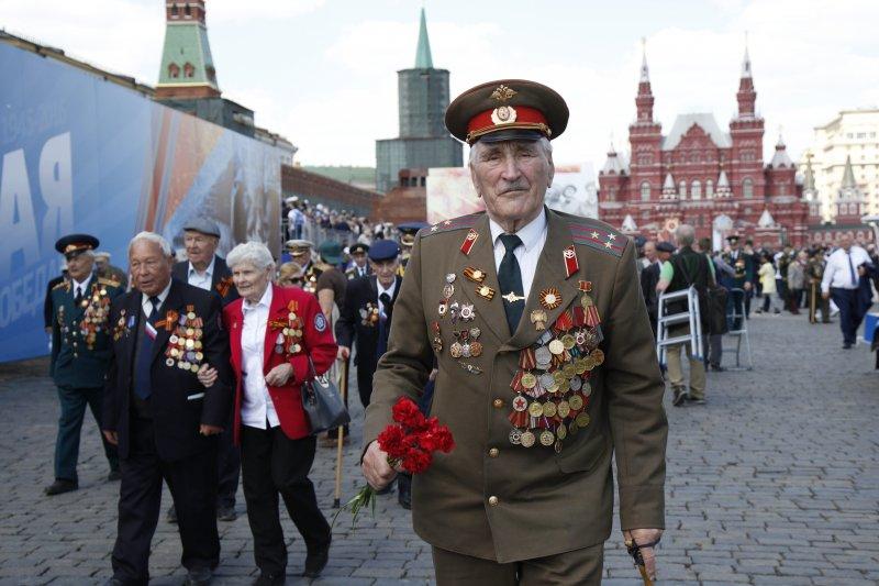 俄國9日紀念衛國戰爭勝利71周年,高齡90歲的二戰老兵菲利波夫(Dmitry Fillipov)也在莫斯科紅場躬逢其盛。(美聯社)