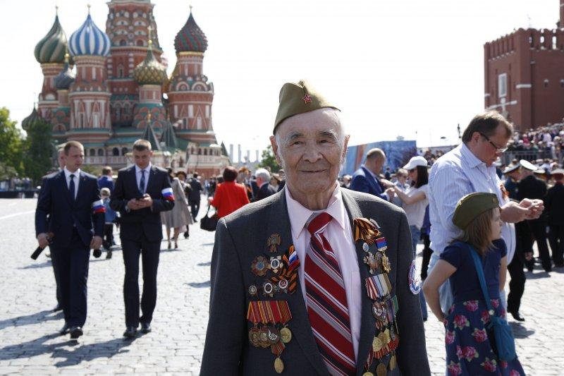 高齡99歲的俄國二戰老兵希米尼金(Pyotr Semenikhin),9日也在紅場參加衛國戰爭勝利71周年的慶祝活動。(美聯社)