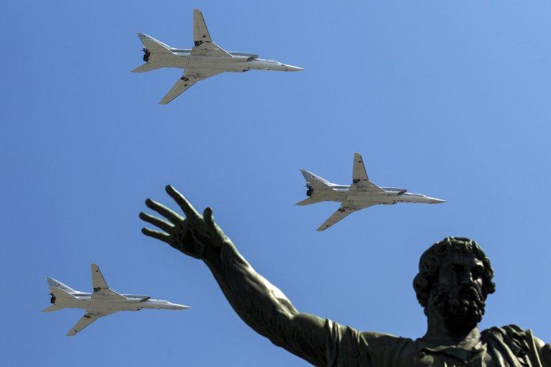 「柏林圍牆拆除並沒有──也不能──終止地緣政治,只是把它帶進新階段。你不能光抱著希望就使地球上不再發生國家和帝國的鬥爭。」(圖為俄軍的Tu-22M-3長程轟炸機9日飛越紅場上空接受檢閱,參與衛國戰爭勝利71周年紀念活動。資料照,美聯社)