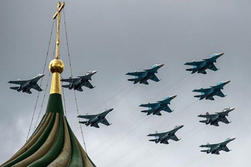 Su-34、Su-27與Su-35的混合飛行編隊。