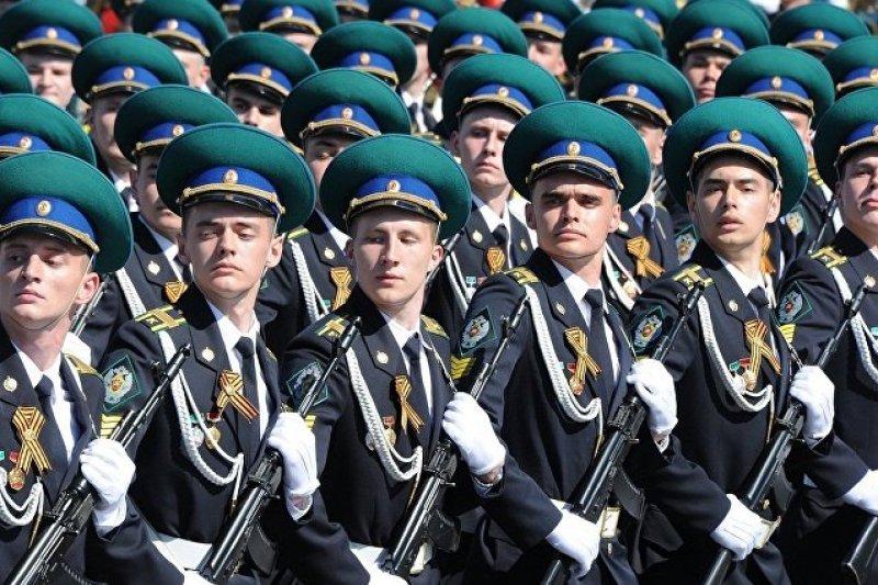 俄羅斯聯邦安全局莫斯科邊防學院閱兵方隊通過紅場。