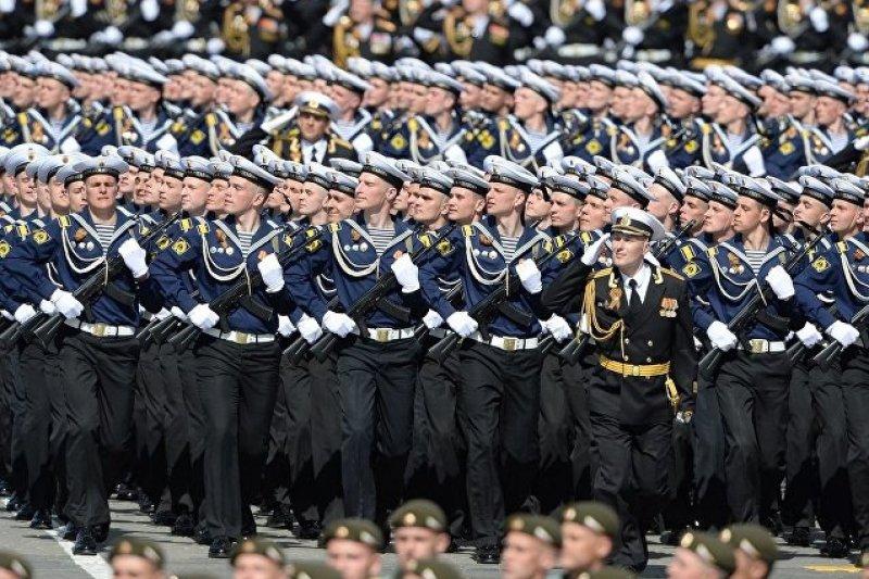 俄羅斯海軍團在紅場接受檢閱。