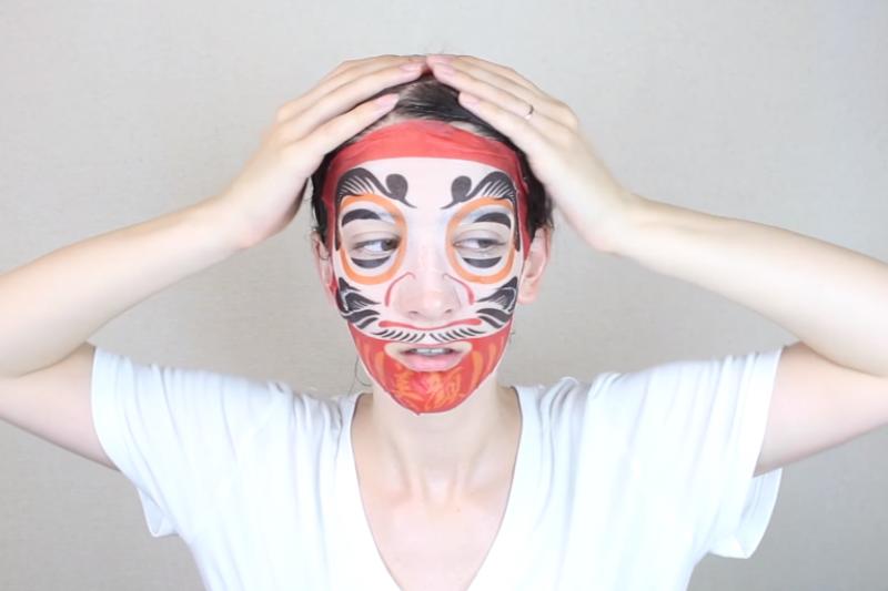 皮膚科醫師憂心,造型趣味面膜可能對皮膚造成負擔。(取自youtube)
