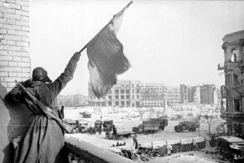 紅軍士兵在1943年獲勝後於史達林格勒城中揮動旗幟。