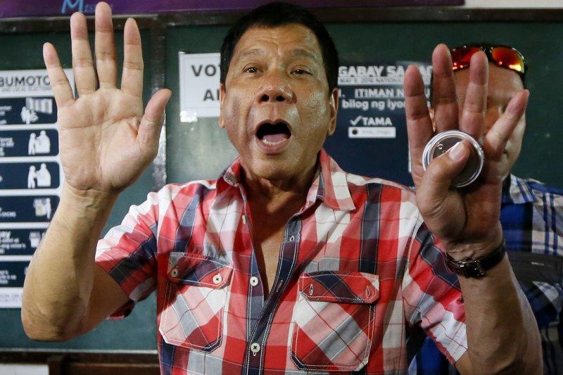 菲律賓總統杜特蒂(Rodrigo Duterte)爭議不斷,16日坦承在當市長時曾親手開槍射殺3名毒販,還會騎著重機巡邏,期待壞事上門,讓他一次解決。(美聯社)