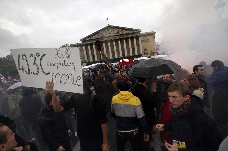 法國抗議勞動新法數月,政府強行通過法案再引衝突。(圖/美聯社)