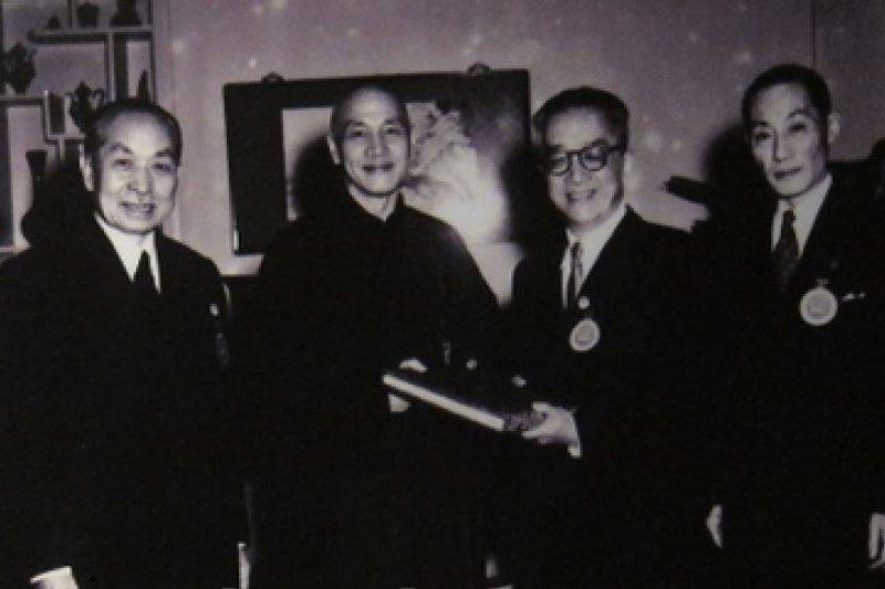 1954年3月25日第一屆國民大會第二次會議選舉蔣介石為第二任總統,胡適與莫德惠(左一)、國大秘書長洪蘭友(右一)代表國民大會致送總統當選贈書。