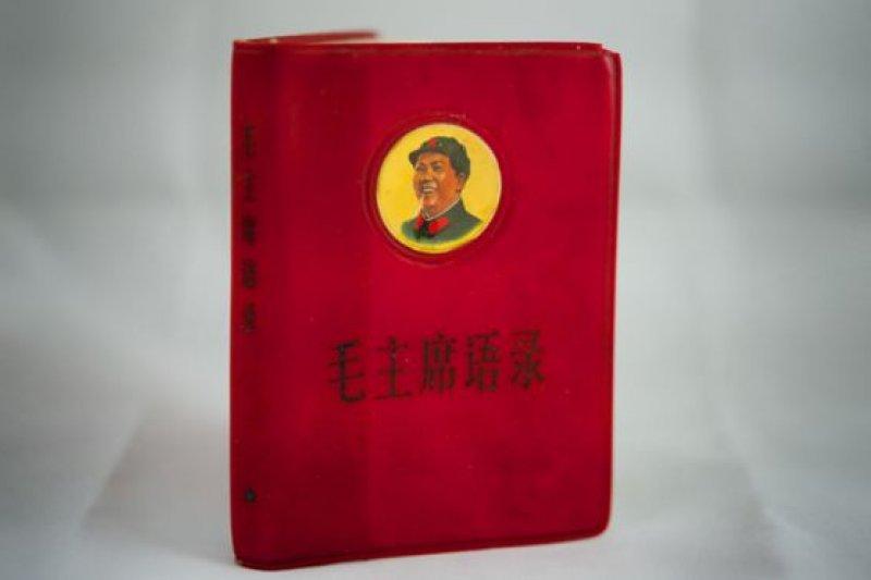 對毛澤東的個人崇拜在文革期間到達高峰。毛澤東思想成為主導意識,任何其它理論都被排斥。當時,人人都攜帶被稱為「紅寶書」的「毛主席語錄」,在開會,上課,工作之前,都必須學習毛澤東語錄。(BBC中文網)
