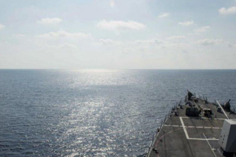 美國海軍「威廉・勞倫斯」號驅逐艦周二在南海永暑礁12海里內駛過。(BBC中文網)