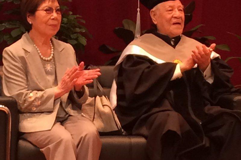 許久沒公開露面的李登輝,12日下午出席中興大學名譽管理博士學位頒授典禮。(李登輝辦公室提供)