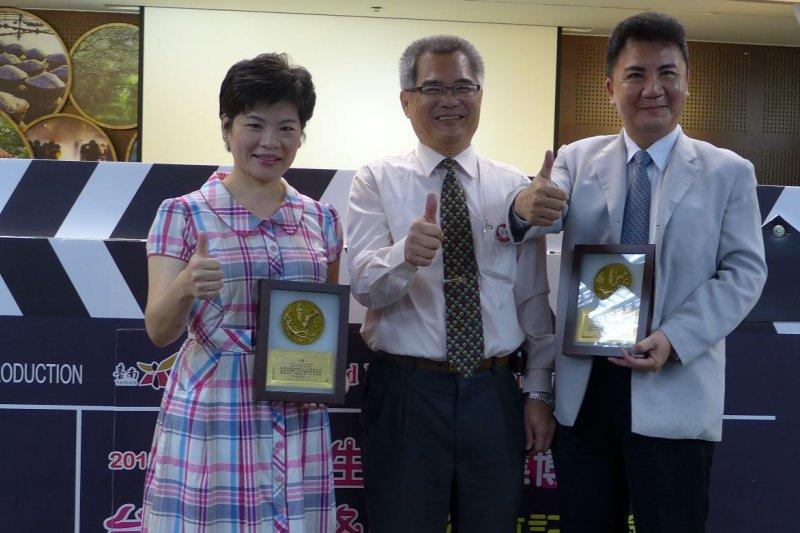 南榮科大校長黃聰亮(右1)涉嫌販售假學位獲利。(取自台南市政府勞工局網站)