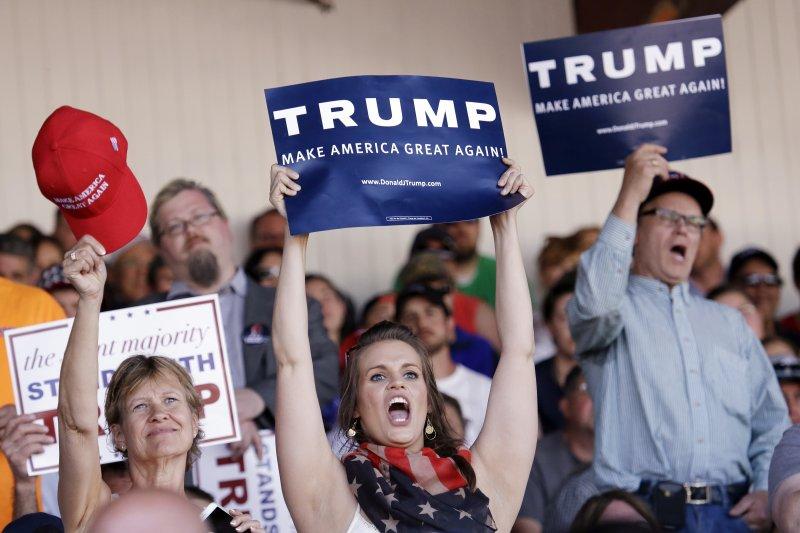 華盛頓州的川普支持者拿著標語為他加油。(美聯社)