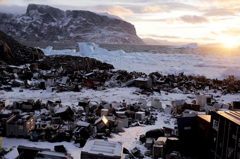 白雪皚皚的格陵蘭島,被堆積如山的電子垃圾覆蓋(圖/中和出版提供)