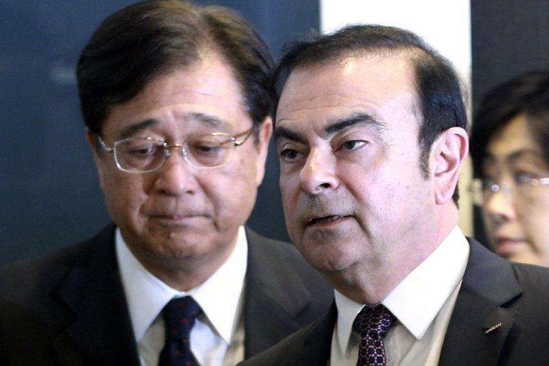 日產社長戈恩(Carlos Ghosn,右)與三菱汽車董事長益子修出席記者會(美聯社)