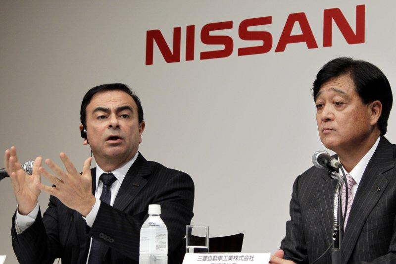 日產社長戈恩(Carlos Ghosn,左)與三菱汽車董事長益子修出席記者會(美聯社)