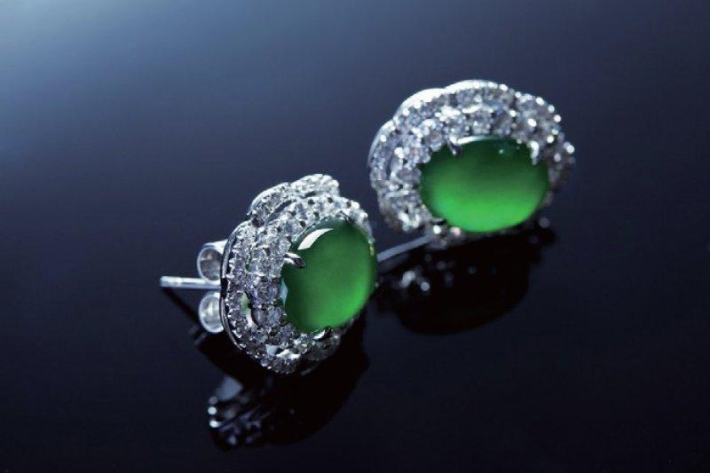 翡翠以翠綠為上品,但也非越綠越好,最上乘的是所謂的祖母綠,看起來青翠欲滴。(圖/中華書局提供)