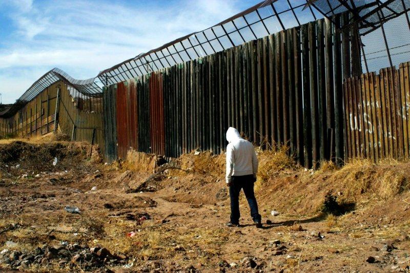 美墨邊境圍牆擋不住數以萬計的非法移民。(取自網路)