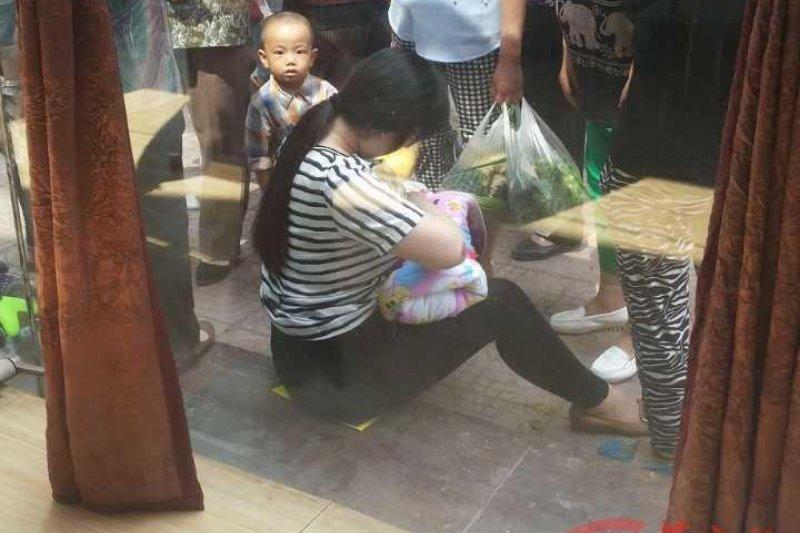 中國「最美媽媽」當街為棄嬰哺乳(取自網路)