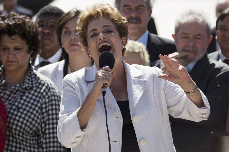 遭彈劾停職的巴西總統羅賽芙,12日在離開總統府時發表演說。(美聯社)