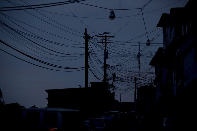 委內瑞拉不但食品藥品短缺,連電力都時有時無。首都卡拉卡斯郊區在4月23日這一天就停電24小時,街上放眼望去一片漆黑。(美聯社)
