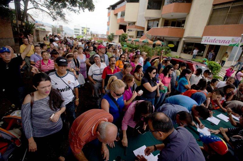 委內瑞拉國家選舉委員會4月26日批准反對黨發動的罷免總統程序後,大批民眾隨即上街參與罷免總統的連署。(美聯社)
