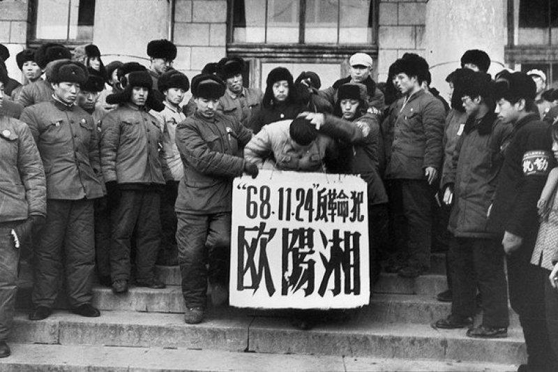 1966年,中國發動文化大革命,造成許多人倫悲劇。(取自推特)