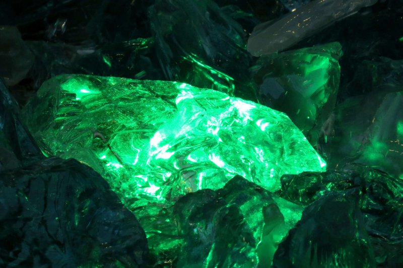 藏身於礦脈中的翡翠乍看不起眼,用手電筒強光一照卻能發出翠綠逼人的艷光,許多行家都用這招來判斷種水好壞。