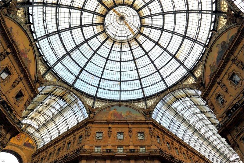 位於米蘭的艾曼紐二世迴廊,中央的穹窿玻璃圓頂乃當地人與觀光客的經典印象。(圖/Emanuele Minetti@Flickr)