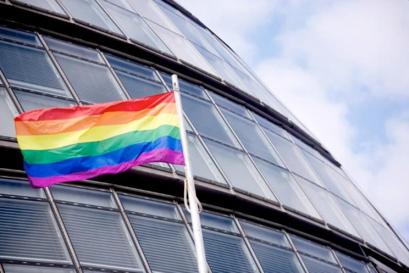 倫敦新任市長掛上彩虹旗,挺5/17國際反恐同日。(圖/取自推特)